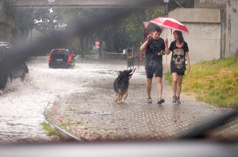 UZHHOROD, DE OEKRAÏNE - JULI 8, 2019: Sterke regen in Uzhhorod, de Oekraïne royalty-vrije stock afbeeldingen