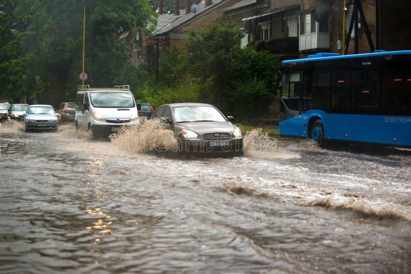 UZHHOROD, DE OEKRAÏNE - JULI 8, 2019: Sterke regen in Uzhhorod, de Oekraïne royalty-vrije stock afbeelding