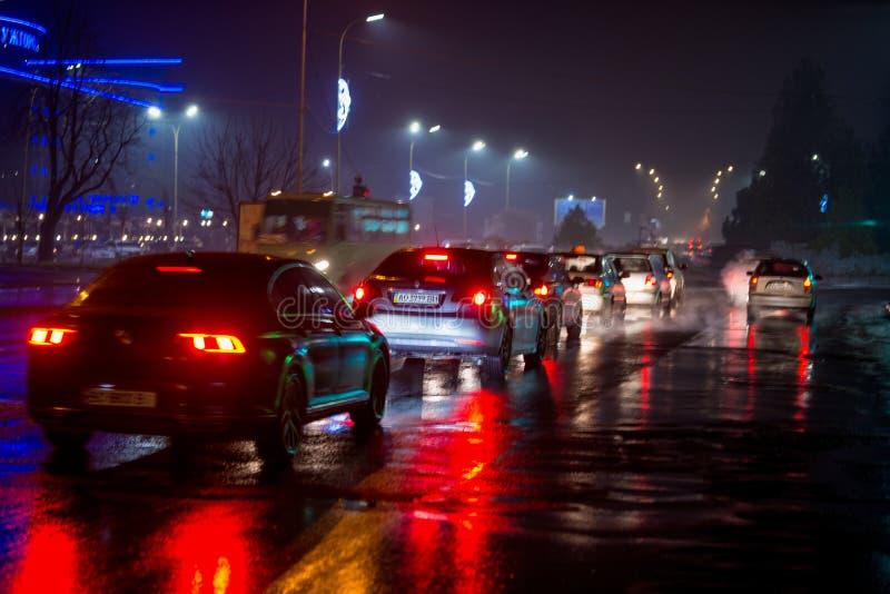 UZHHOROD UKRAINA - DECEMBER 27, 2018: Tung trafik som på flyttar vägen på natten royaltyfri foto