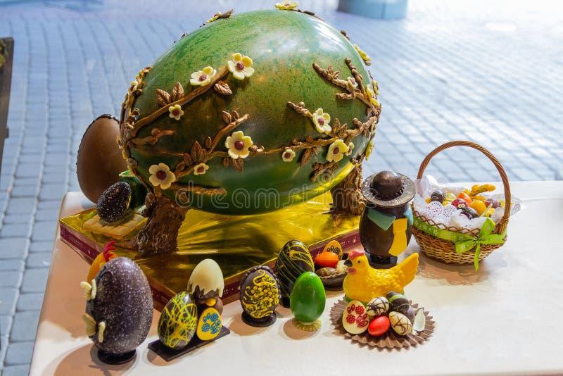 Uzhhorod Ukraina, Kwiecień, - 27, 2016: Llarge czekoladowy jajko obraz royalty free