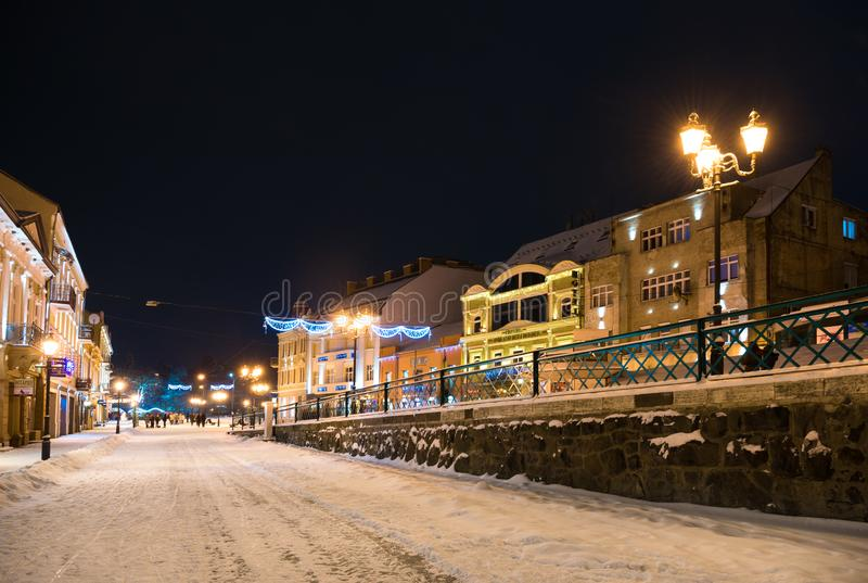 UZHHOROD, UKRAINE - 5. JANUAR 2019: Petefi-Quadrat nach der Rekonstruktion umfasst mit Schnee im Winter in Uzhhorod, Ukraine lizenzfreie stockfotografie