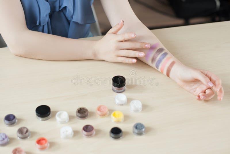Uzupełniał artysty eyeshadow probierczych kolory fotografia stock