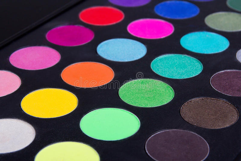 Uzupełniał kolorowe eyeshadow palety nad czernią zdjęcie stock