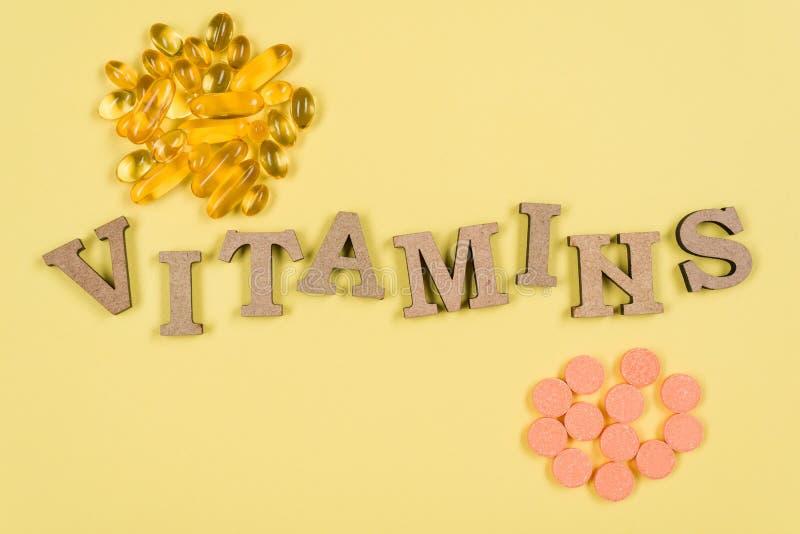 uzupełnia witaminy Witamina C, E Tło kolor żółty, rybiego oleju kapsuły i witaminy C buteleczki, zdjęcie royalty free
