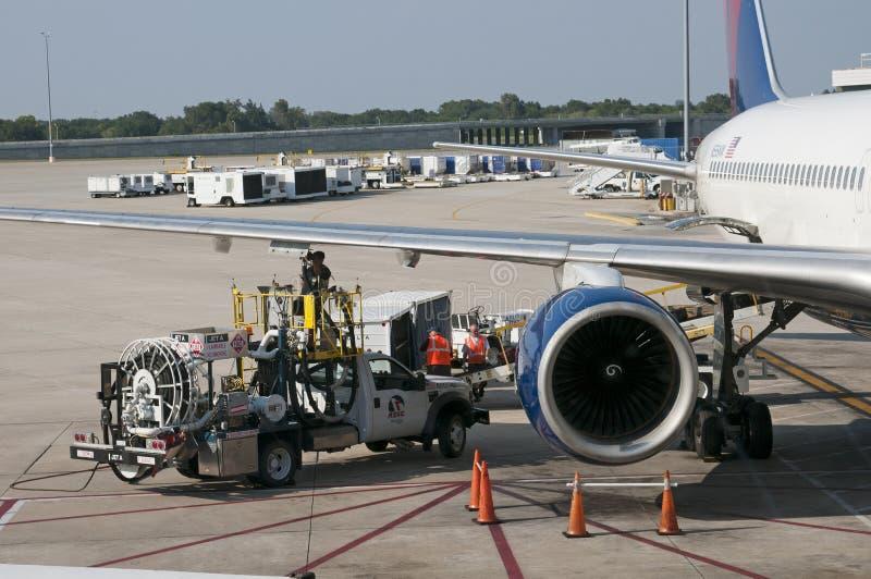 Uzupełnienie pasażer samolotu odrzutowego na lotniskowym fartuchu obraz stock