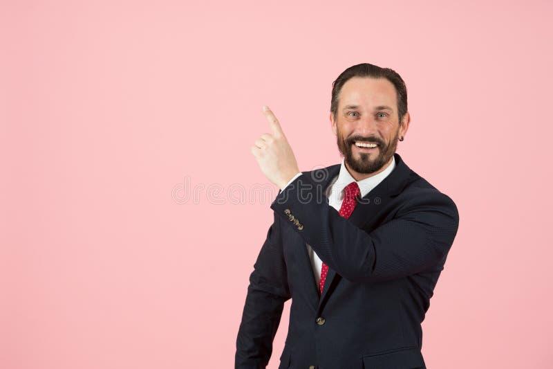 Vá a este sentido O gestor de escritório anuncia que a proposta para você se isolou no estúdio no fundo cor-de-rosa Homem no tern imagens de stock