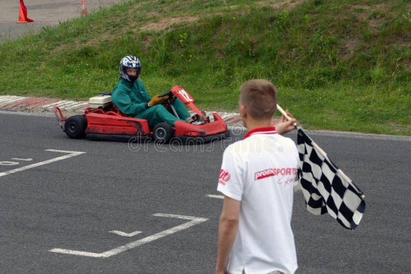Vá-kart no meta e no árbitro com bandeira fotos de stock royalty free