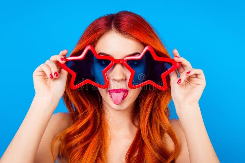 Vá louco! Foxy alegre novo com vidros engraçados grandes da estrela e a imagens de stock royalty free