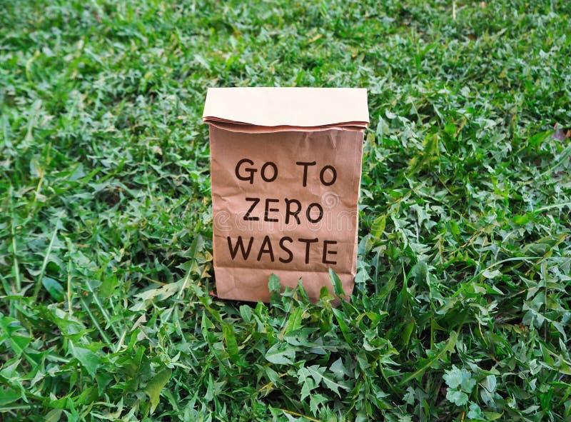 Vá zerar para desperdiçar o saco de compras ecológico na grama verde foto de stock royalty free