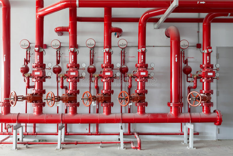Válvula da tubulação de água vermelha, tubulação para o controle de sistema do encanamento da água no ind fotografia de stock royalty free