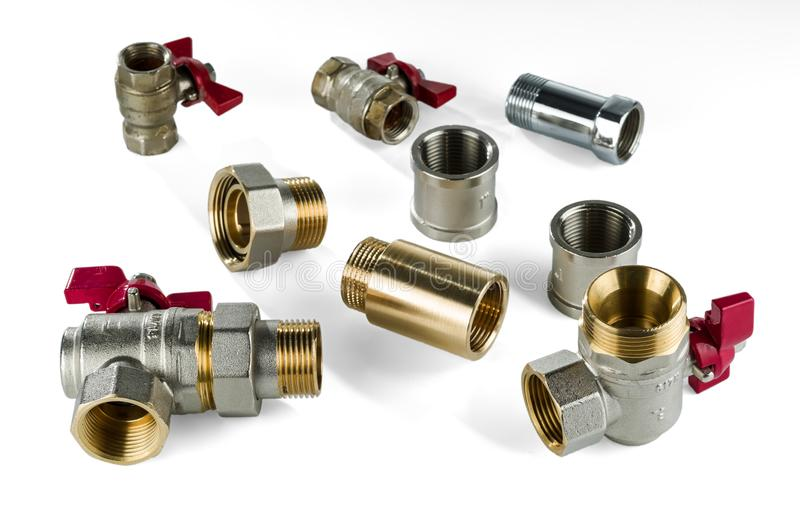 Válvula de bola de canto de bronze e vários encaixes sanitários do bronze e os de aço inoxidável no fundo branco fotos de stock royalty free