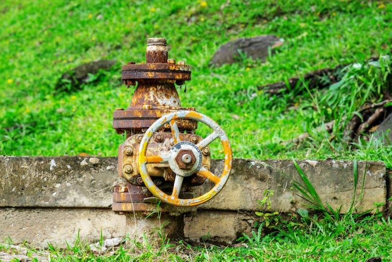 Válvula de control oxidada de presión de agua al aire libre imagen de archivo libre de regalías