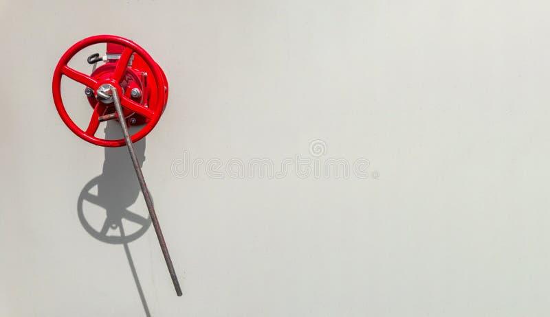 Válvula de la boca de incendios en superficie blanca áspera Concepto de la seguridad contra incendios imagen de archivo libre de regalías