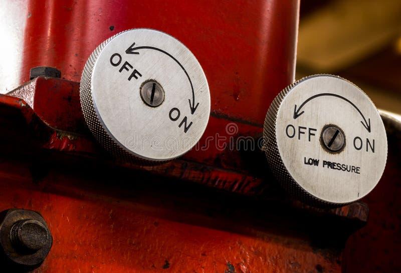 A válvula de pressão automotivo antiga da imprensa hidráulica de oficina de construção mecânica do vintage disca fotos de stock