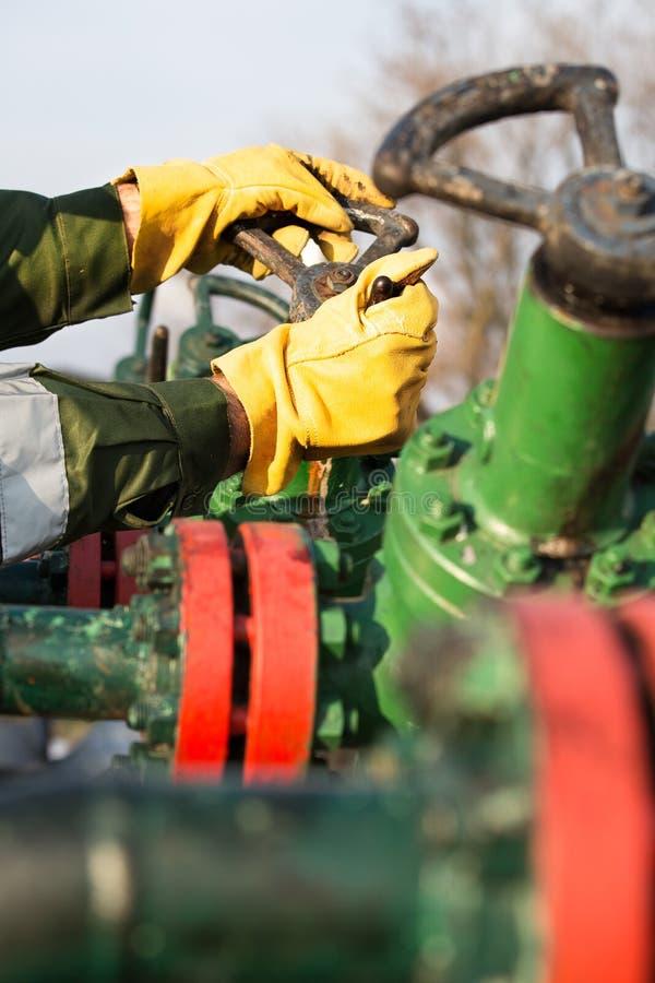 Válvula de torneado del trabajador del aceite imagenes de archivo