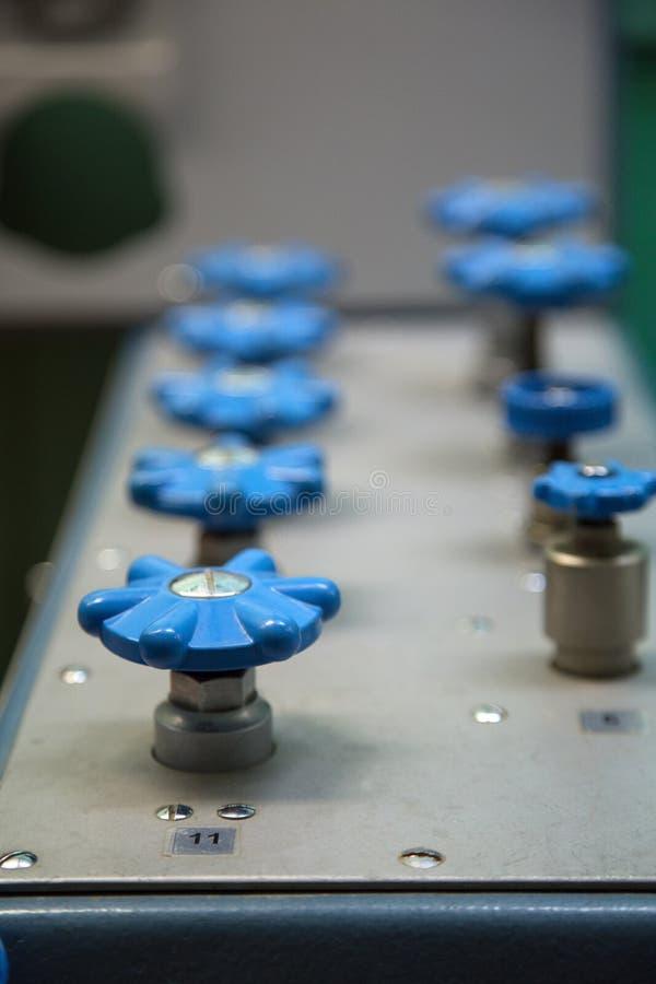 Válvula del oxígeno en banco de prueba fotografía de archivo