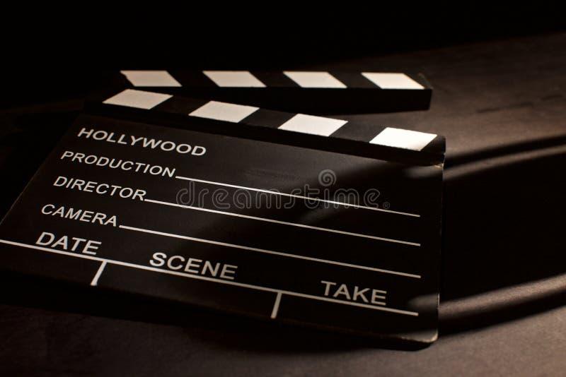 Válvula do filme com sombra no fundo preto de madeira fotografia de stock