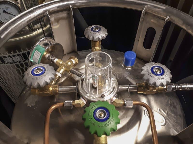Válvula do resíduo metálico em uma embarcação com nitrogênio líquido Portas e tubos de cobre foto de stock