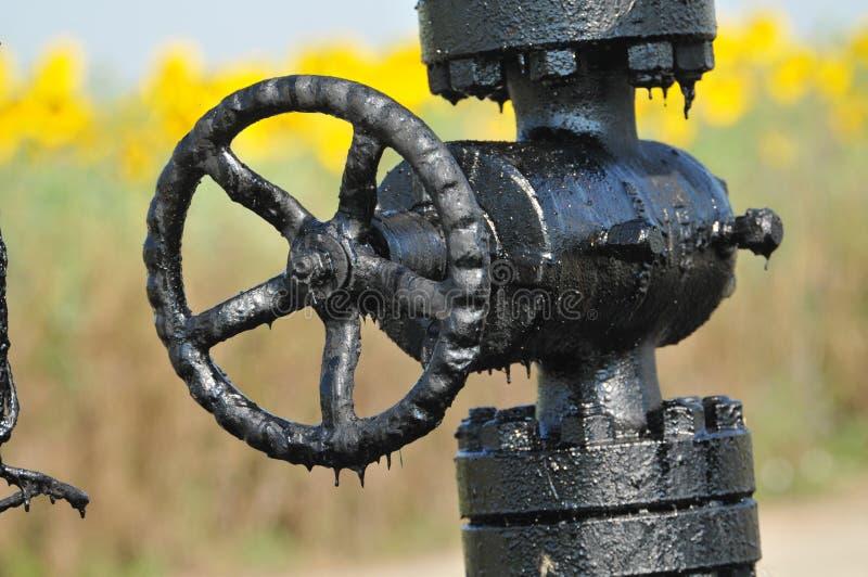Válvula en la plataforma petrolera foto de archivo libre de regalías