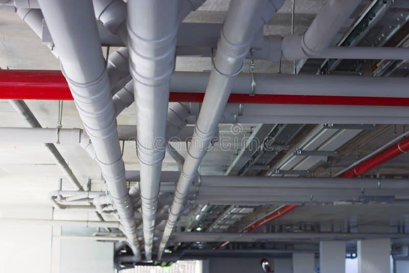 Válvulas de control, sistema de tubo de agua Instalaci?n de los tubos de agua en el edificio foto de archivo libre de regalías