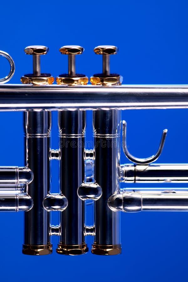 Válvulas de la trompeta en azul foto de archivo libre de regalías