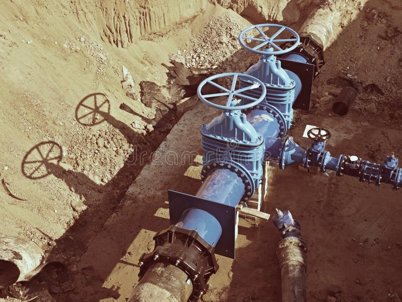 Válvulas de porta subterrâneas, válvula do encanamento da água em um encanamento azul após a reconstrução imagem de stock