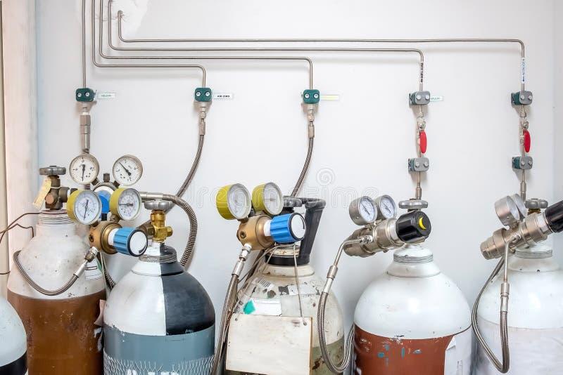 Válvulas del nitrógeno, del helio, del tanque del aire del oxígeno y del metro cero de la presión de gas con el regulador para su fotos de archivo