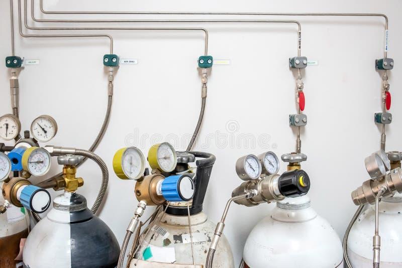 Válvulas del nitrógeno, del helio, del tanque del aire del oxígeno y del metro cero de la presión de gas con el regulador para su imagenes de archivo