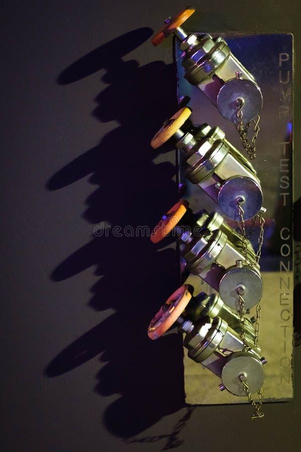 Válvulas do fogo na noite imagens de stock