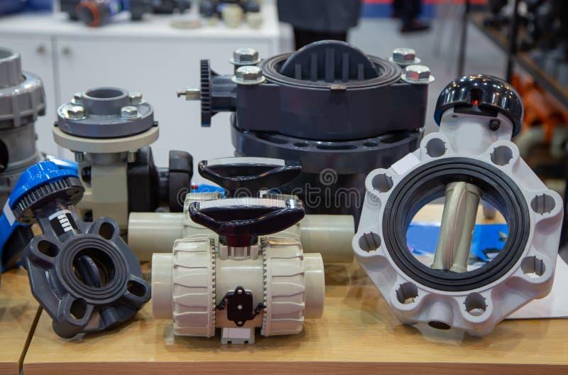 Válvulas e encaixes plásticos imagem de stock