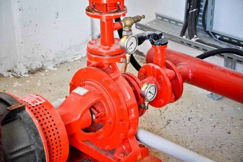Válvulas em uma fábrica onde o sistema da pressão seja controlado foto de stock