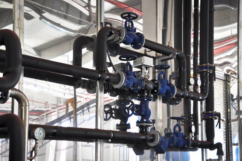 Válvulas em uma fábrica onde o sistema da pressão seja controlado fotos de stock royalty free