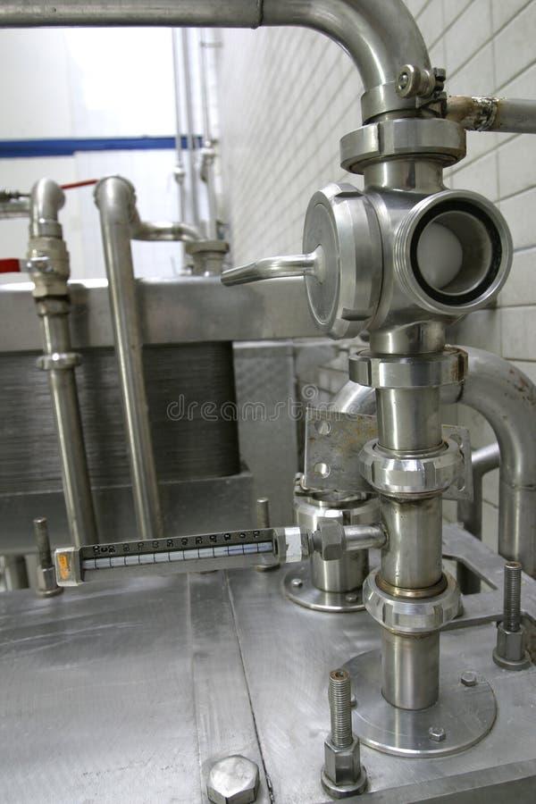 Válvulas en fábrica de la lechería foto de archivo