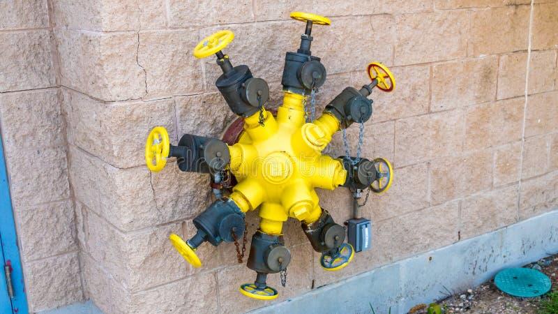Válvulas fixadas na parede da boca de incêndio de fogo de Octuplets foto de stock