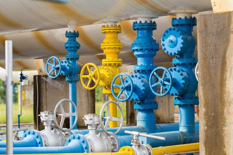 Válvulas na planta de gás, foco seletivo de válvula de segurança da pressão fotografia de stock
