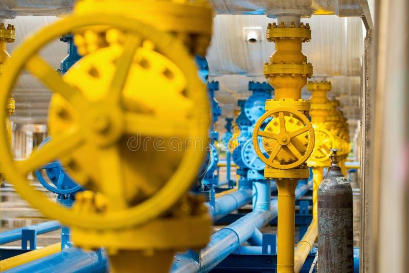Válvulas na planta de gás, foco seletivo de válvula de segurança da pressão imagem de stock royalty free