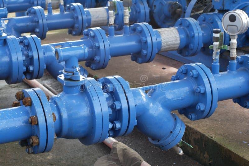 Válvulas na planta de gás, foco seletivo de válvula de segurança da pressão foto de stock royalty free