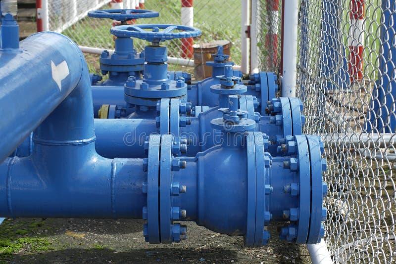 Válvulas na planta de gás, foco seletivo de válvula de segurança da pressão imagens de stock