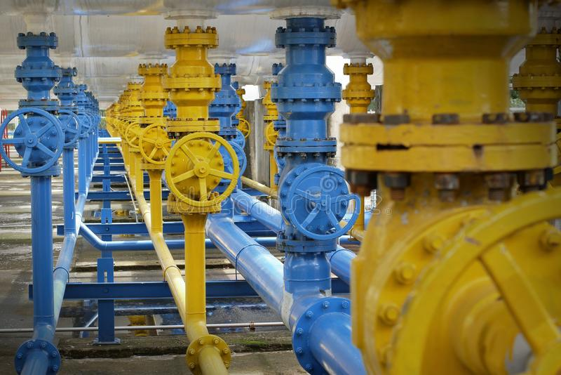 Válvulas na planta de gás, foco seletivo de válvula de segurança da pressão imagens de stock royalty free