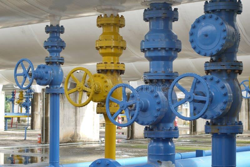 Válvulas na planta de gás, foco seletivo de válvula de segurança da pressão imagem de stock