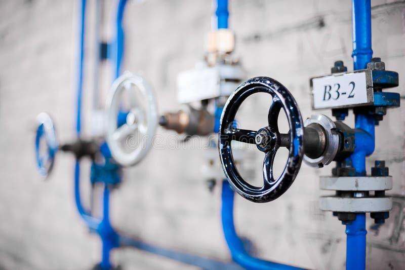 Válvulas na planta de gás Válvulas nas tubulações Fábrica do gás líquido fotografia de stock