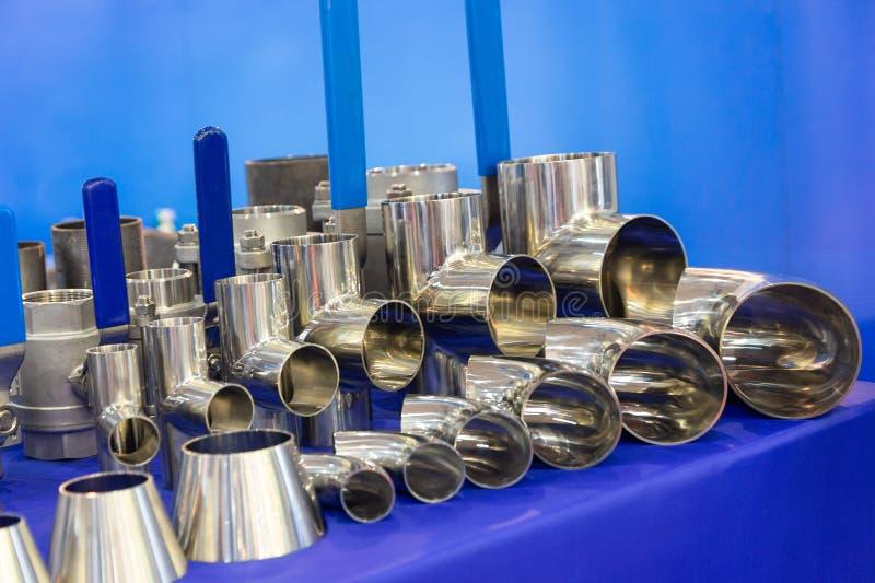 Válvulas y colocaciones de los golpecitos en la exposición sanitaria del equipo foto de archivo