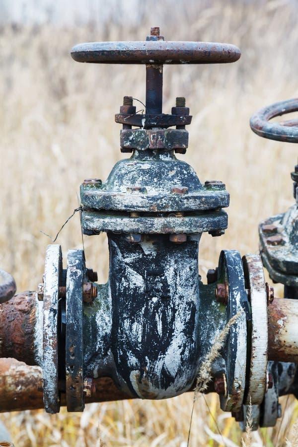 Válvulas y los tanques oxidados viejos foto de archivo
