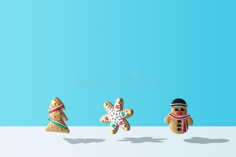 Vária decoração das cookies do Natal no fundo azul ilustração royalty free