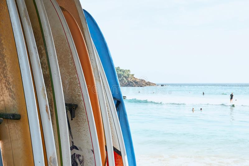 Vária placa de ressaca no fundo do oceano da praia da areia imagem de stock