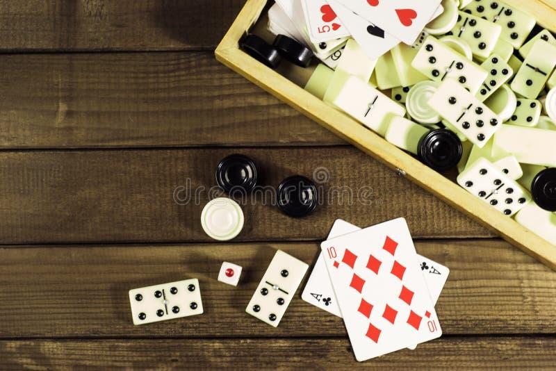 Vária placa de xadrez dos jogos de mesa, cartões de jogo, dominós fotografia de stock royalty free