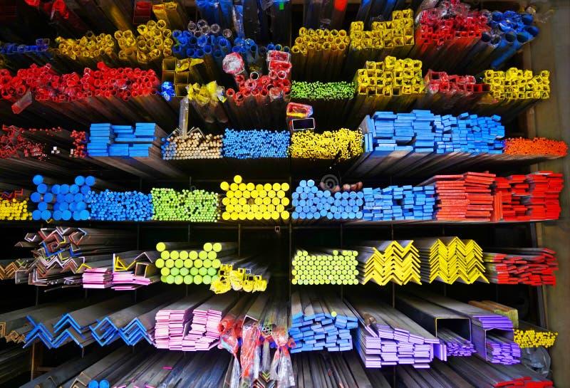 Vária série diferente de pilha da tubulação do tubo e do ferro do metal na prateleira no armazenamento do armazém fotos de stock