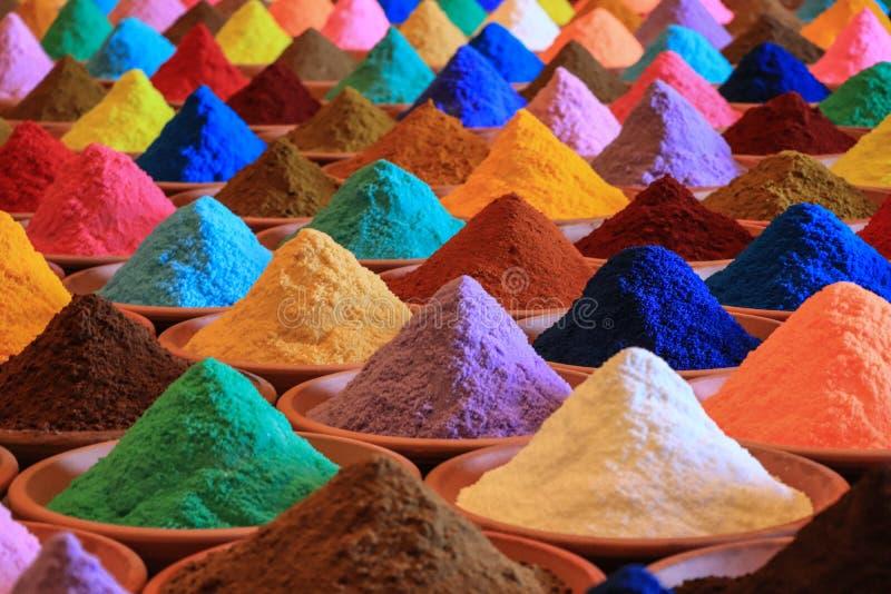 Vária seleção das especiarias tinturas coloridos do pó em um mercado imagens de stock royalty free