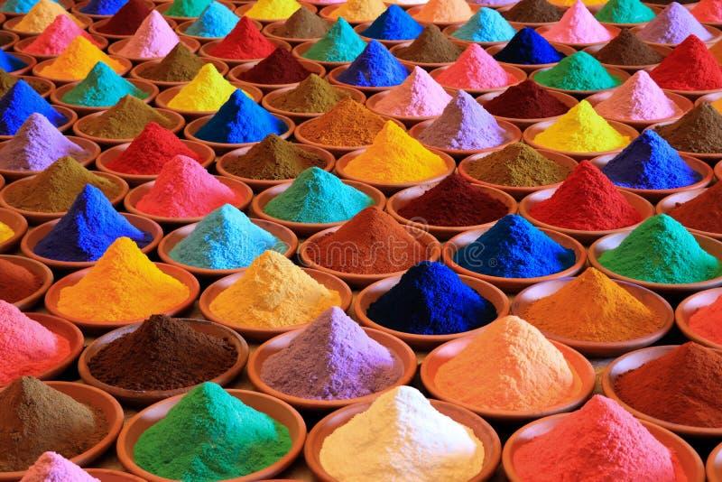 Vária seleção das especiarias tinturas coloridos do pó em um mercado fotografia de stock royalty free