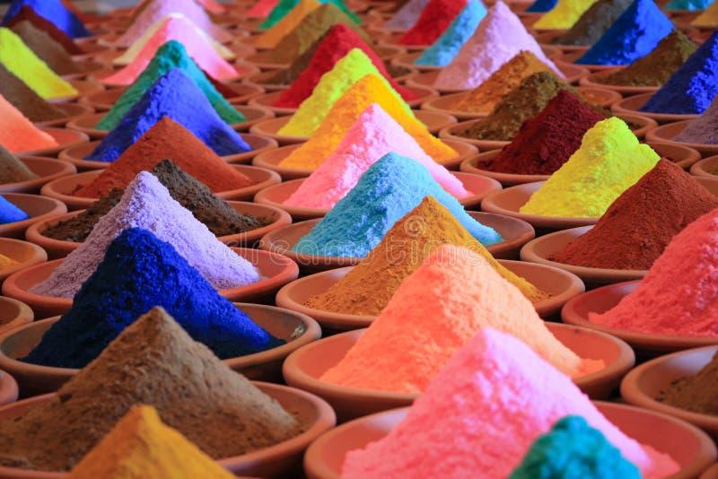 Vária seleção das especiarias tinturas coloridos do pó em um mercado imagens de stock